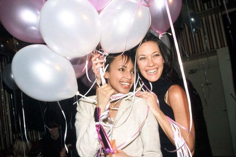 Sonia Rolland avec Mareva Galanter aux célébrations de ses 20 ans à Paris en février 2001