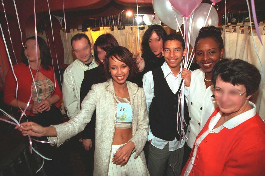 Sonia Rolland avec sa famille et ses amis lors des célébrations de ses 20 ans à Paris en février 2001