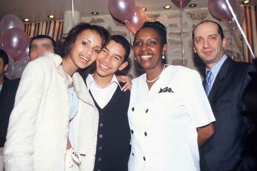 Sonia Rolland au côté de son frère et de sa mère, avec Xavier de Fontenay, aux célébrations de ses 20 ans à Paris en février 2001