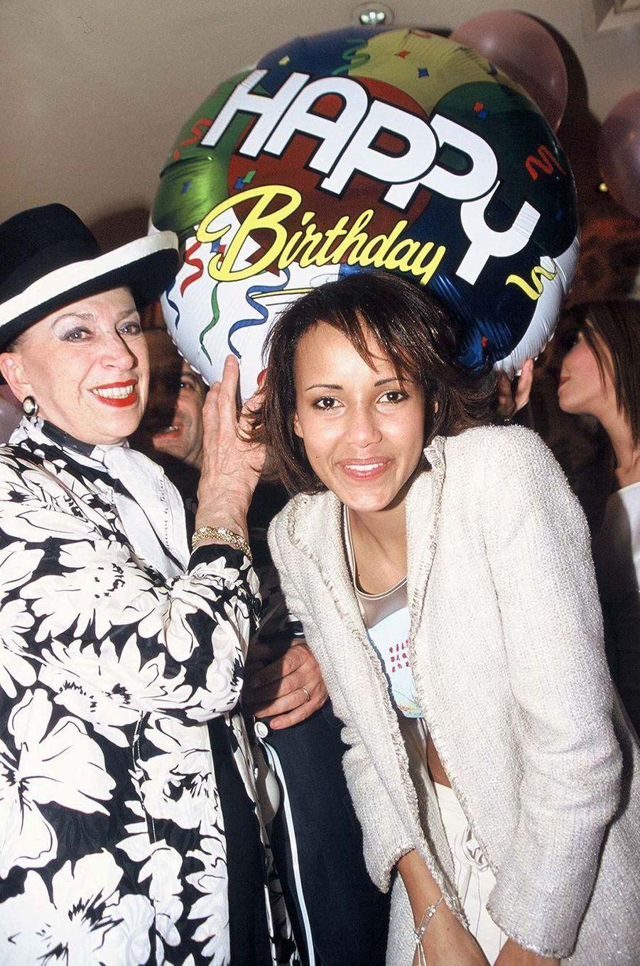 Sonia Rolland (avec Geneviève de Fontenay) aux célébrations de ses 20 ans à Paris en février 2001