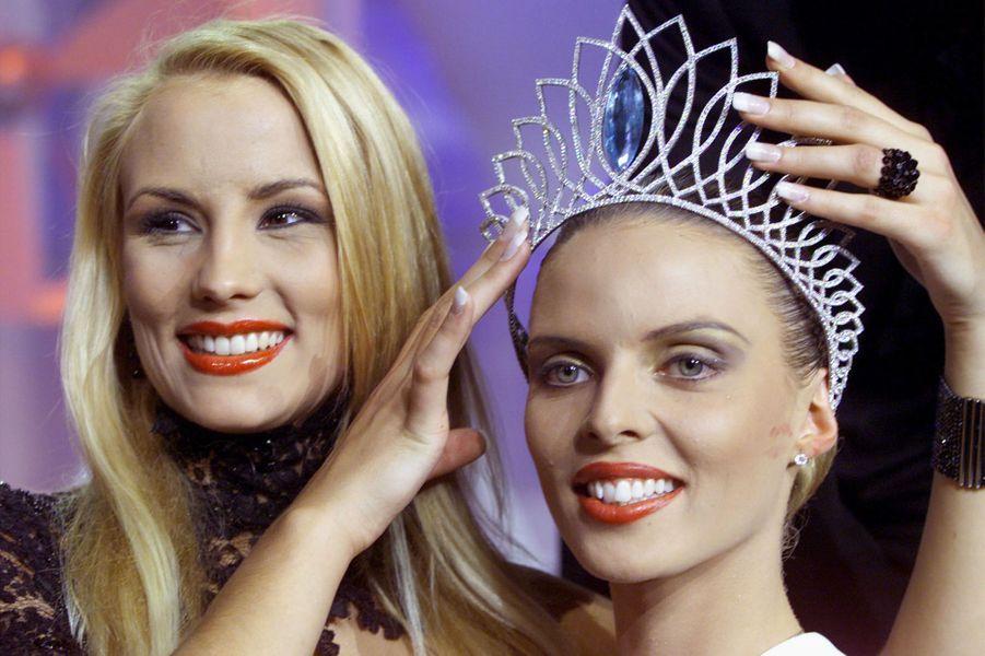 Sylvie Tellier avec Elodie Gossuin lors de son couronnement à l'élection de Miss France 2002à Mulhouse le 8 décembre 2001