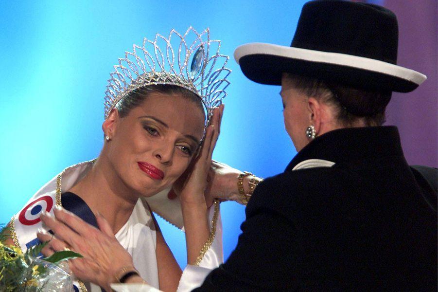 Sylvie Tellier avecGeneviève de Fontenay lors de son couronnement à l'élection de Miss France 2002à Mulhouse le 8 décembre 2001