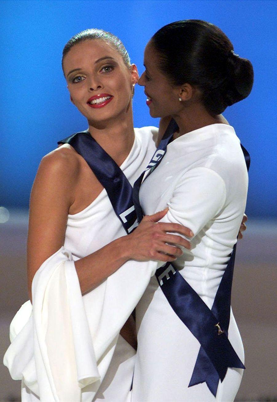 Sylvie Tellier (Miss Lyon) et Sandra Bisson (Miss Martinique)lors de l'élection de Miss France 2002 à Mulhouse le 8 décembre 2001