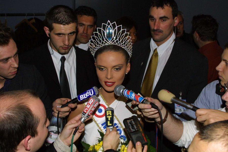 Sylvie Tellier, alias Miss France 2002, répond aux questions des journalistes après son élection à Mulhousele 8 décembre 2001