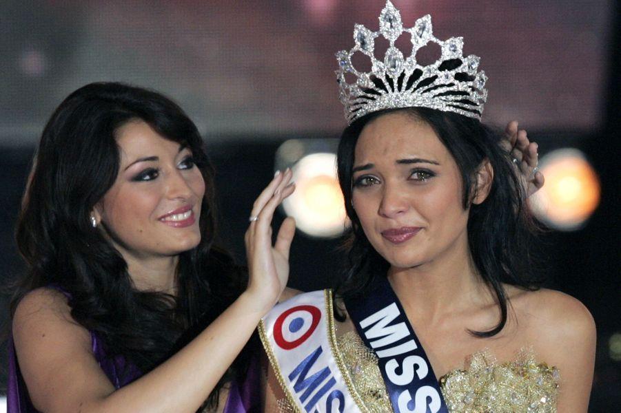 Rachel Legrain-Trapani remet la couronne de Miss France 2008 à Valérie Bègueà Dunkerquele 8 décembre 2007