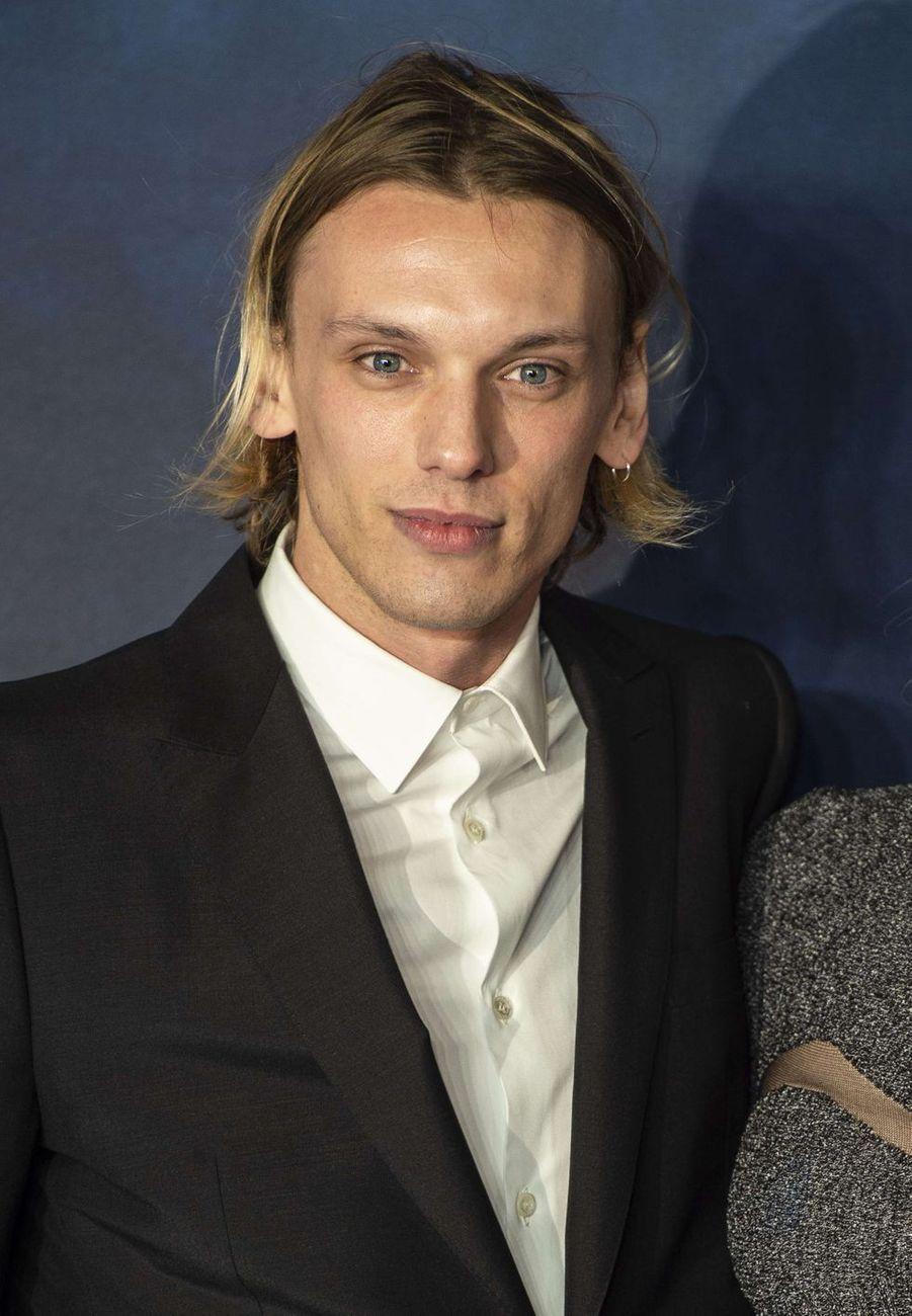 Jamie Campbell Bower. L'acteur de 30 ans ne mène pas vraiment une carrière prolifique. En 2018, il interprétait brièvement un jeuneGrindelwald dans le film «Les Animaux fantastiques : Les Crimes de Grindelwald».