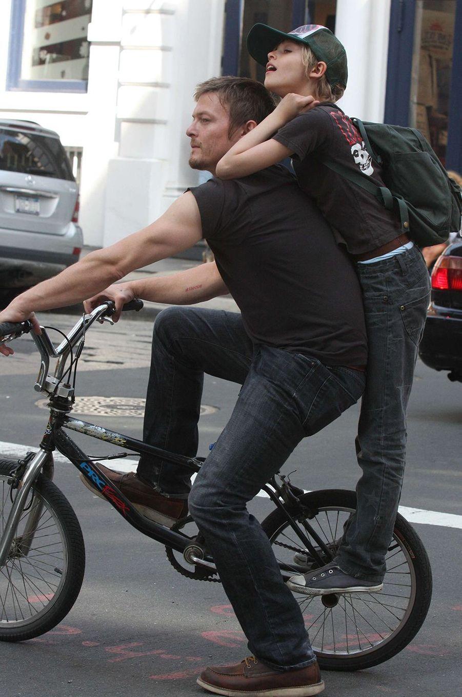 Mingus Reedus avec son père Norman Reedus dans les rues de New York en 2010.