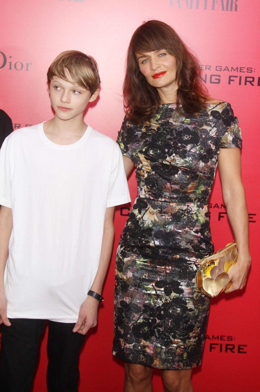 """Mingus Reedus avec sa mère Helena Christensen à l'avant-première de """"Hunger Games"""" en 2013."""
