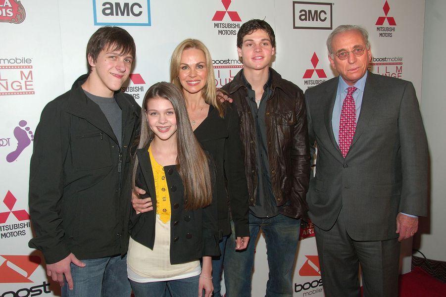 Nicola Peltz avec deux de ses frères et leurs parents, Claudia et Nelson Peltz, à New York en avril 2008