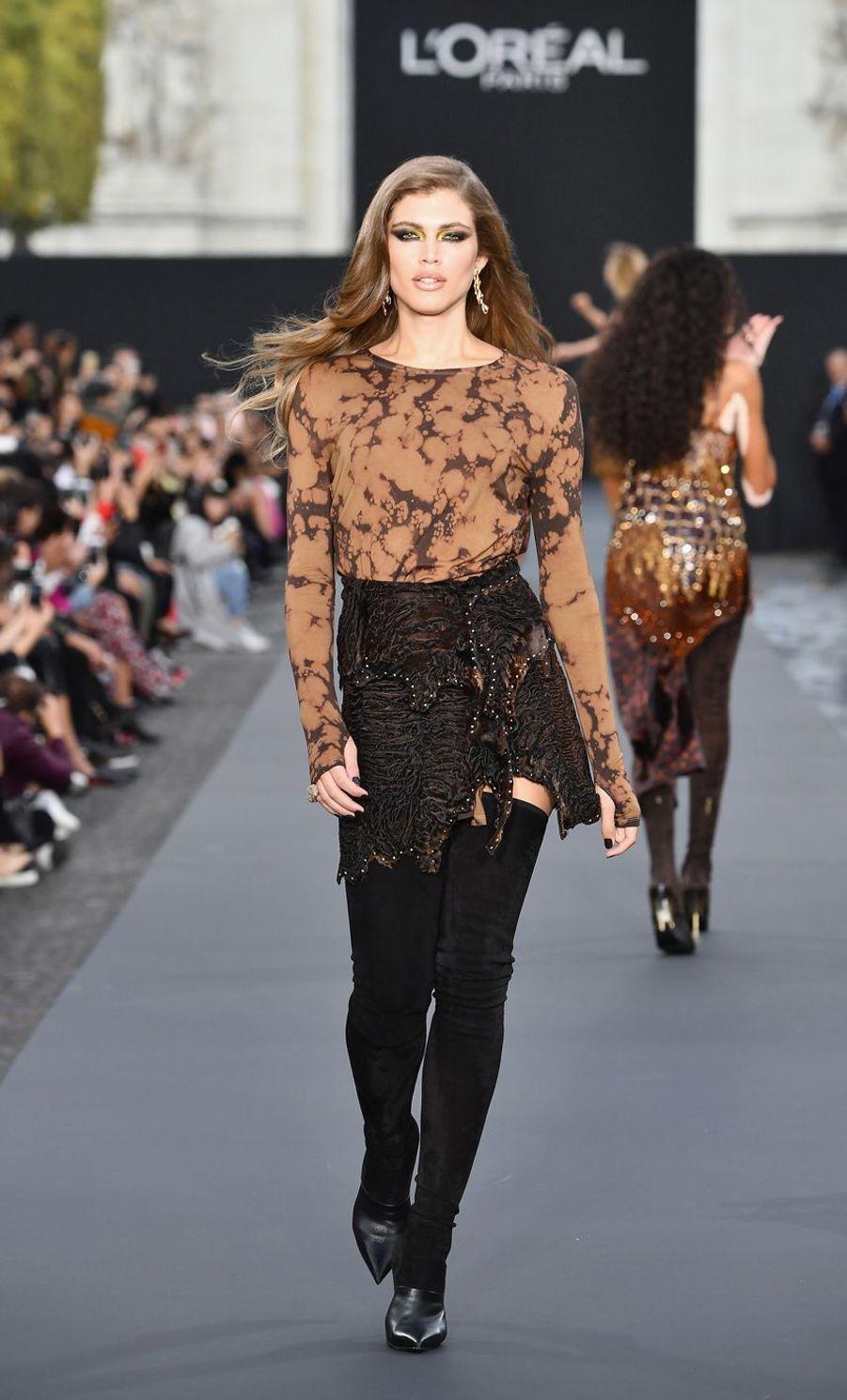 Valentina Sampaio défile pour l'Oréal à la Fashion Week de Paris en 2017.