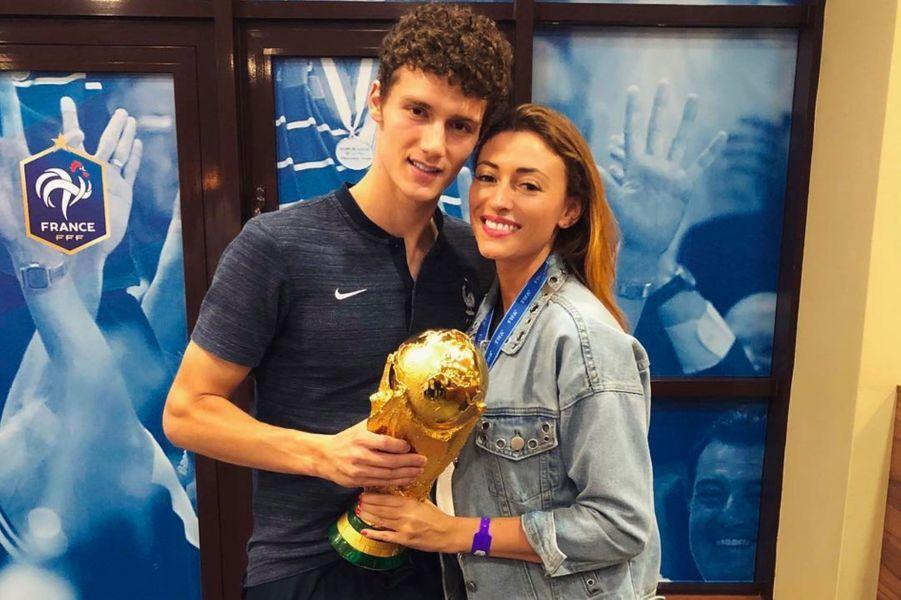 Rachel Legrain-Trapani et Benjamin Pavard avec la coupe du monde le 15 juillet 2018