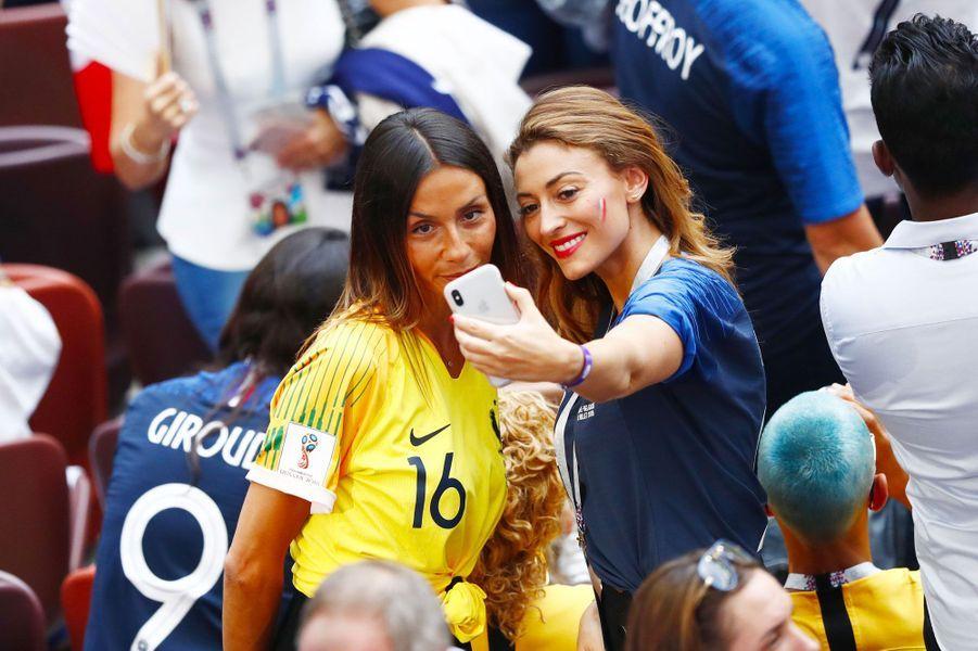 Rachel Legrain-Trapani avec Sarah, la femme de Steve Mandanda, lors de la finale de la coupe du monde (France-Belgique) à Moscou le 15 juillet 2018