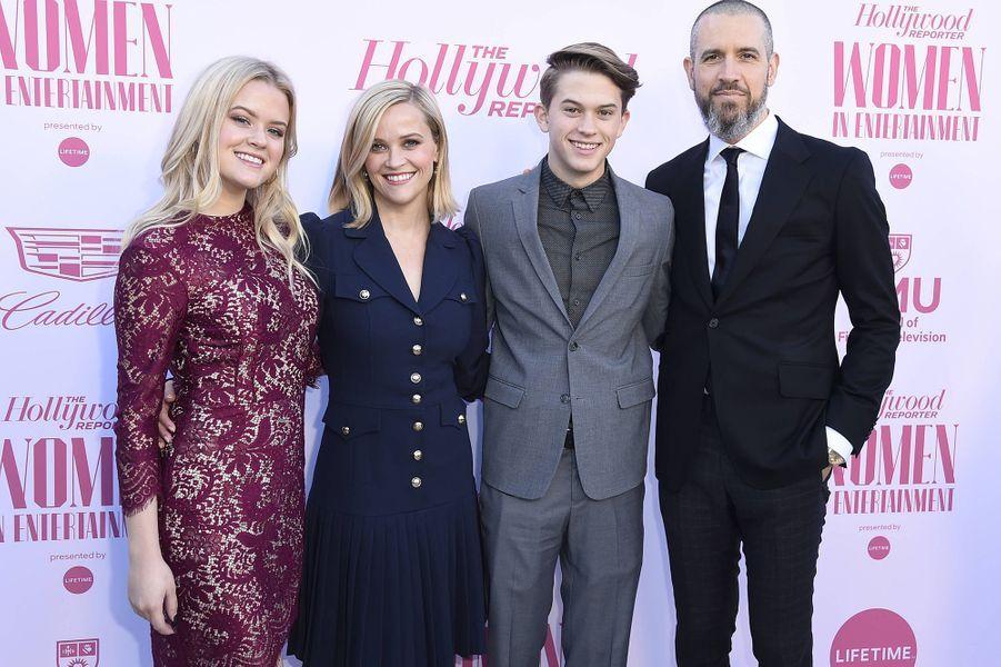 Reese Witherspoon, son mari Jim Toth et ses enfants Ava et Deacon au gala «Hollywood Reporter's Women in Entertainment» à Los Angeles le 10 décembre 2019