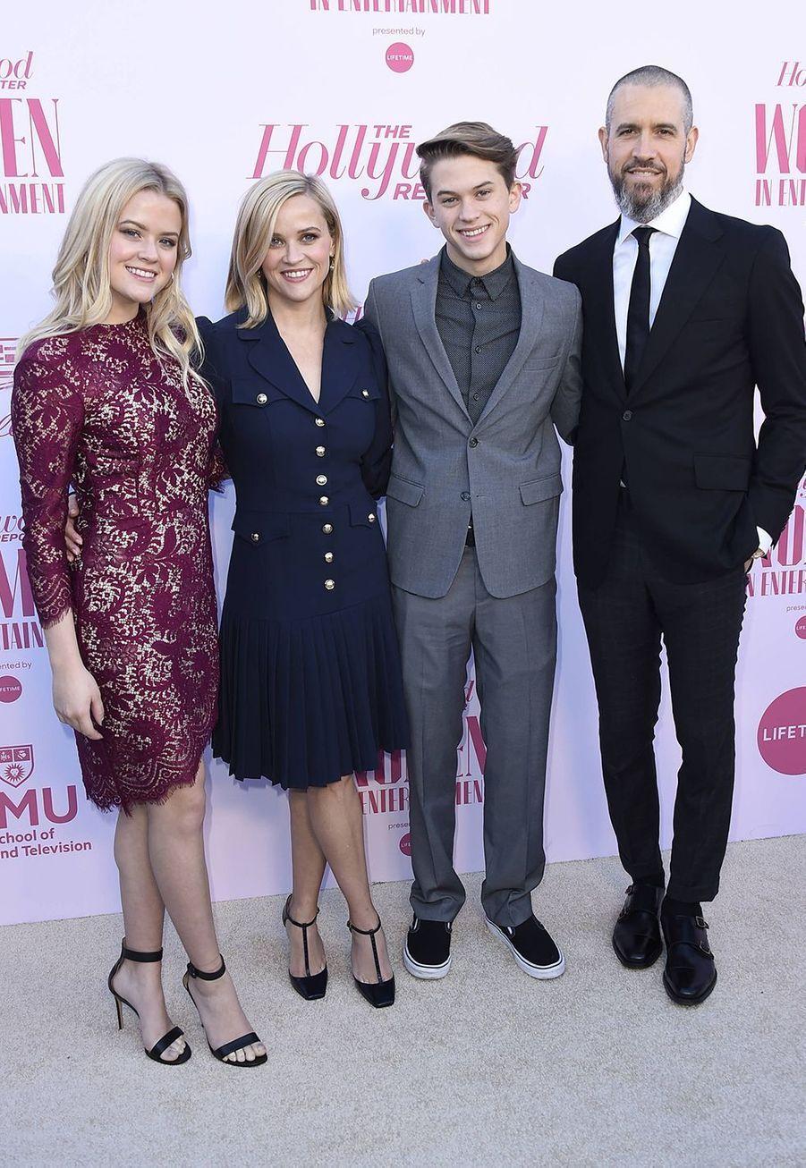 Reese Witherspoon, son mari Jim Toth et ses enfants Ava et Deaconau gala «Hollywood Reporter's Women in Entertainment» à Los Angeles le 10 décembre 2019