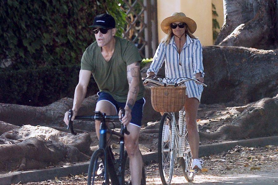 Reese Witherspoon se promène à vélo avec son mari Jim Toth et ses fils Deacon et Tennessee, à Los Angeles le 21 juin 2020