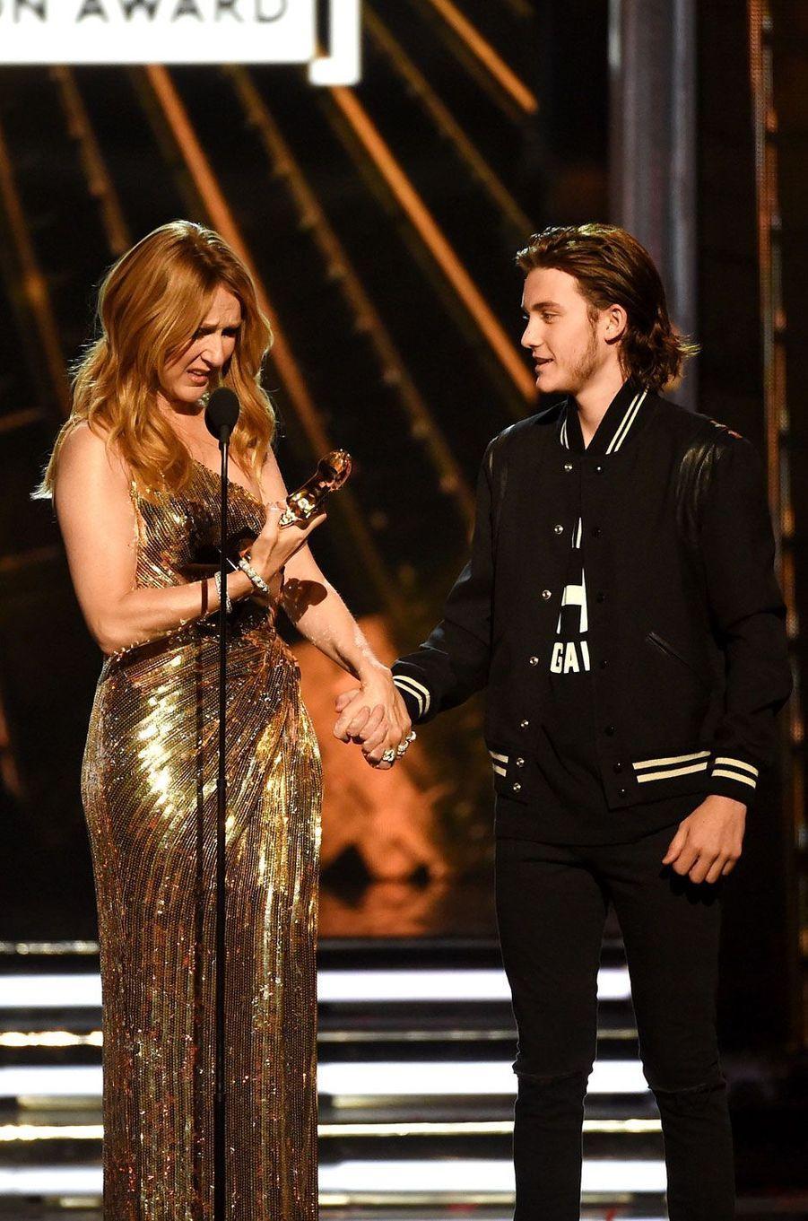 René-Charles sur scène avec sa mère lors des Billboard Music Awards 2016