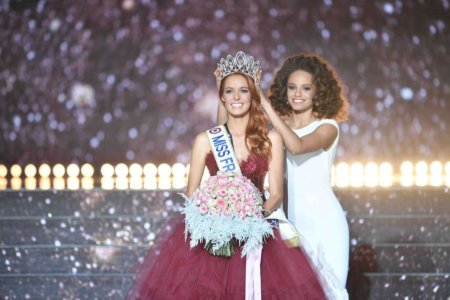 Maëva Coucke couronnée par Miss France 2017, Alicia Aylies