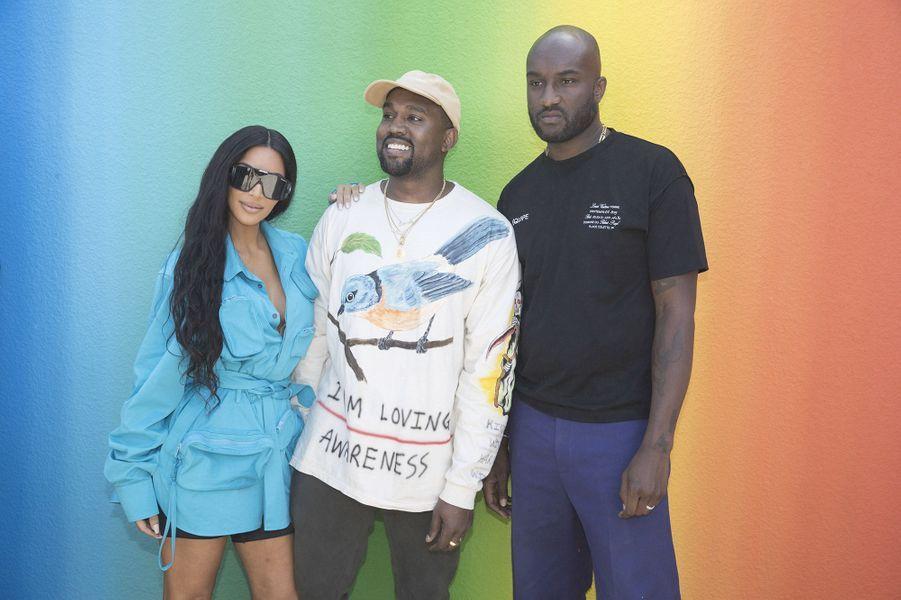 Virgil Abloh pose avec Kanye West et Kim Kardashian au défilé homme Louis Vuitton jeudi 21 juin à Paris