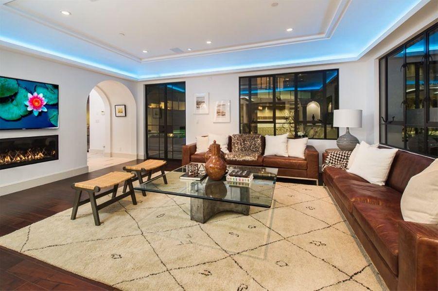 Découvrez la sublime maison de Rihanna, sur Hollywood Hills. Une demeure qu'elle vient de s'acheter pour la somme de 6,8 millions de dollars.