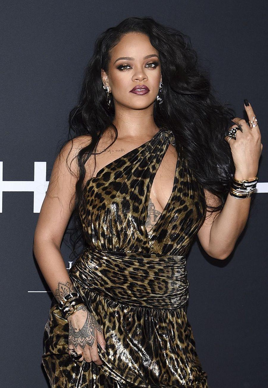 """Rihanna en robe léopard lors de la soirée de lancement de son livre de photos """"Rihanna"""", le vendredi 11 octobre 2019 à New York."""