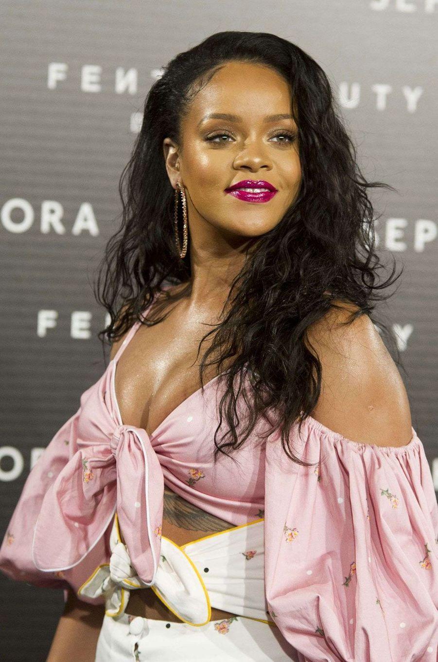 Rihanna avec une mise en beauté impeccable.