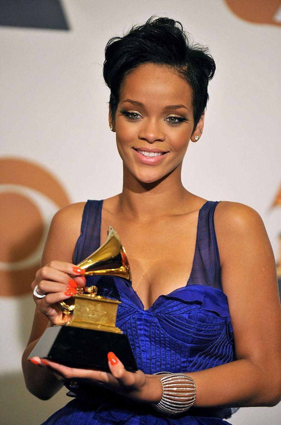 Rihanna pose avec son premier Grammy Award (meilleure chanson / collaboration rap pour «Umbrella») lors de la cérémonie à Los Angeles en février 2008