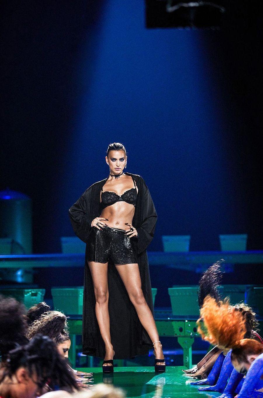 Irina Shaykdéfile pour la marque de lingerie de Rihanna Savage x Fenty, octobre 2020