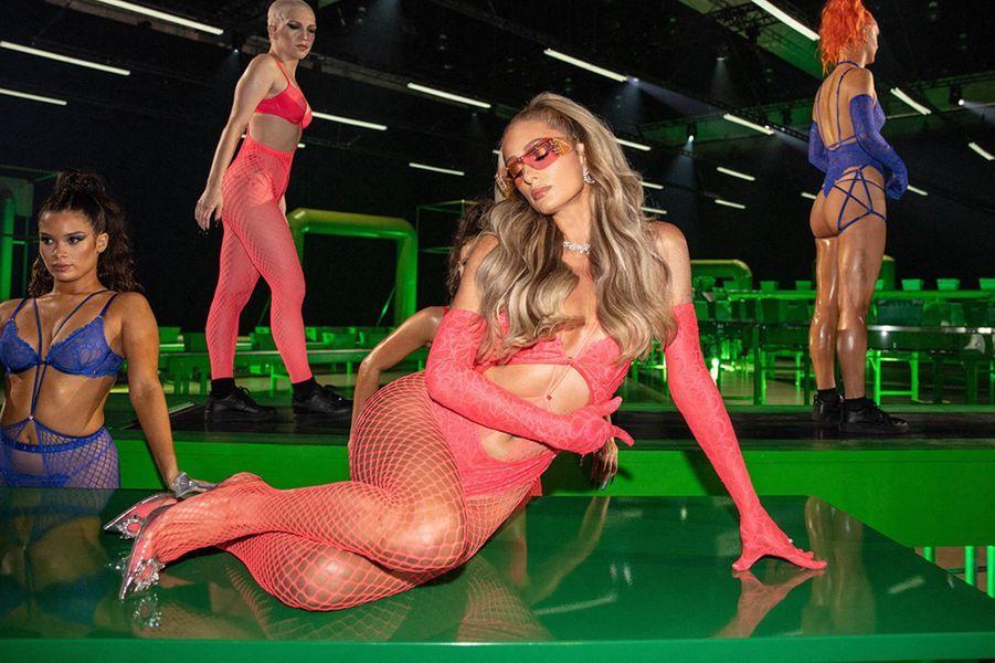 Paris Hiltondéfile pour la marque de lingerie de Rihanna Savage x Fenty, octobre 2020