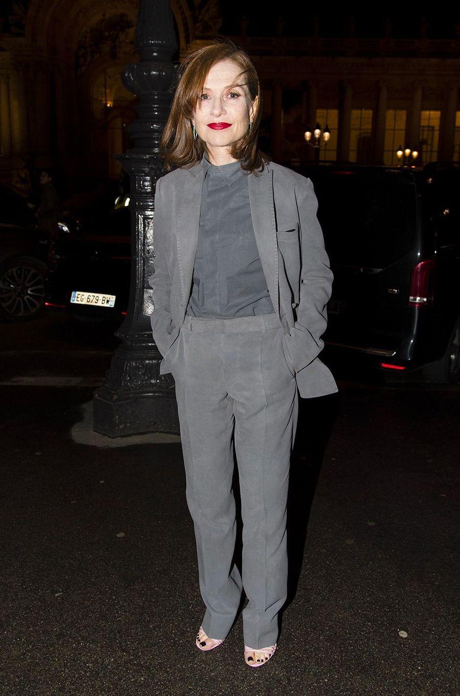 Isabelle Huppert au défilé Berluti pendant la Fashion Week