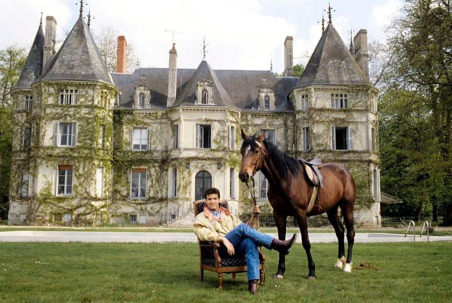 """« Au château de la Borde, proche de Châtellerault, Roch Voisine a jové les châtelains. """"Mon rêve est d'avoir un château au Canada avec plein d'enfants, de cheroux et de chiens"""". » - Paris Match n°2135, 26 avril 1990"""