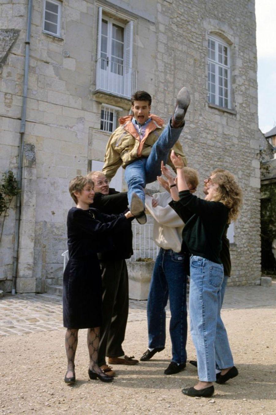 « Après sa séance de musculation quotidienne, il a fait connaissance avec les Voisine du Poitou et trinqué avec les paysans dans un bistrot de Richelieu. » - Paris Match n°2135, 26 avril 1990
