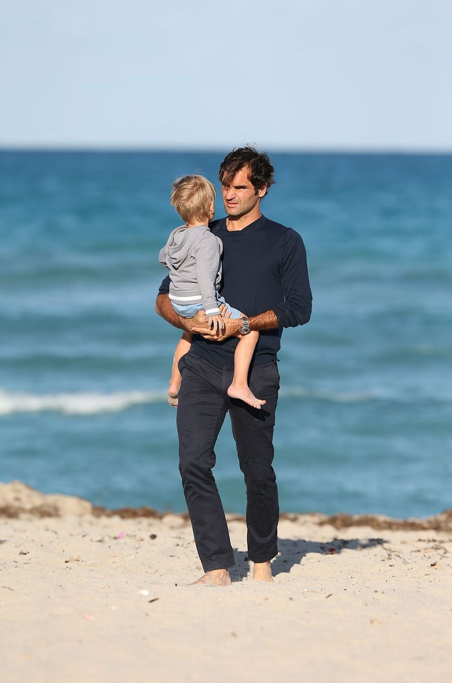 Roger Federer avec ses enfants sur la plage de Miami, le 20 mars 2017.