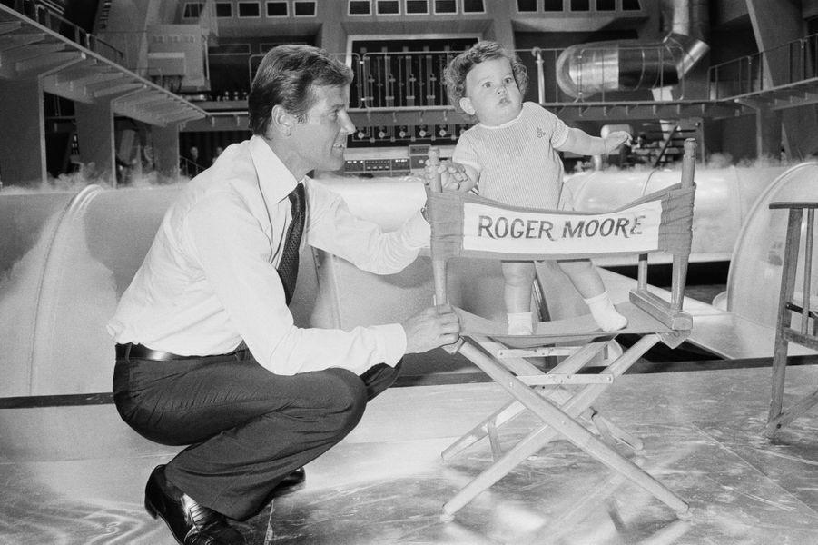 Roger Moore avec son fils en 1974
