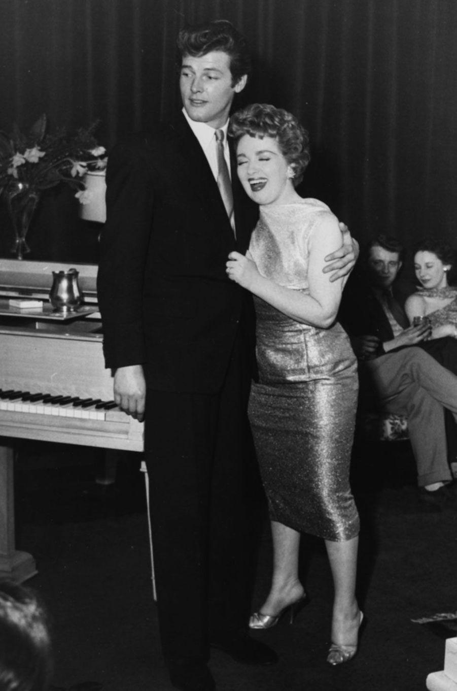 Roger Moore et Marion Ryan en 1958