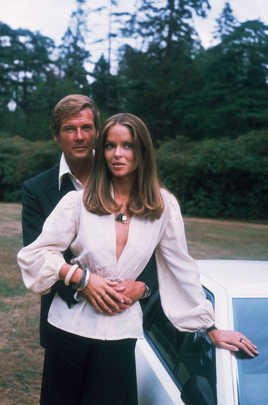 Roger Moore et Barbara Bach en 1977