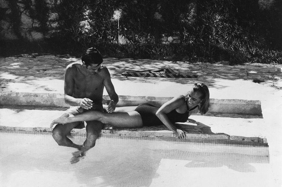 """Romy Schneider sur le tournage de """"La Piscine"""" avec Alain Delon."""
