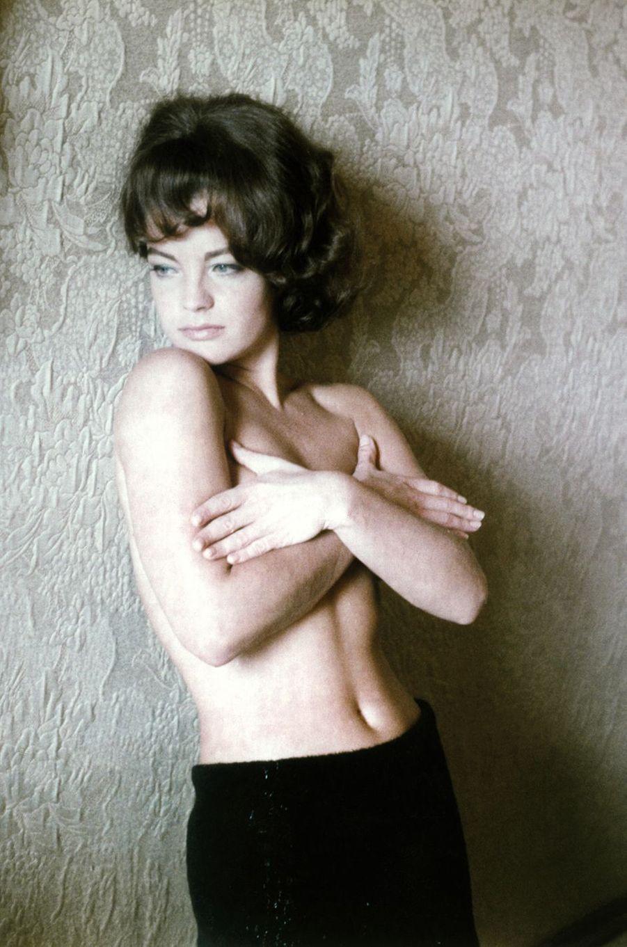 Romy Schneider pose seins nus en 1960.