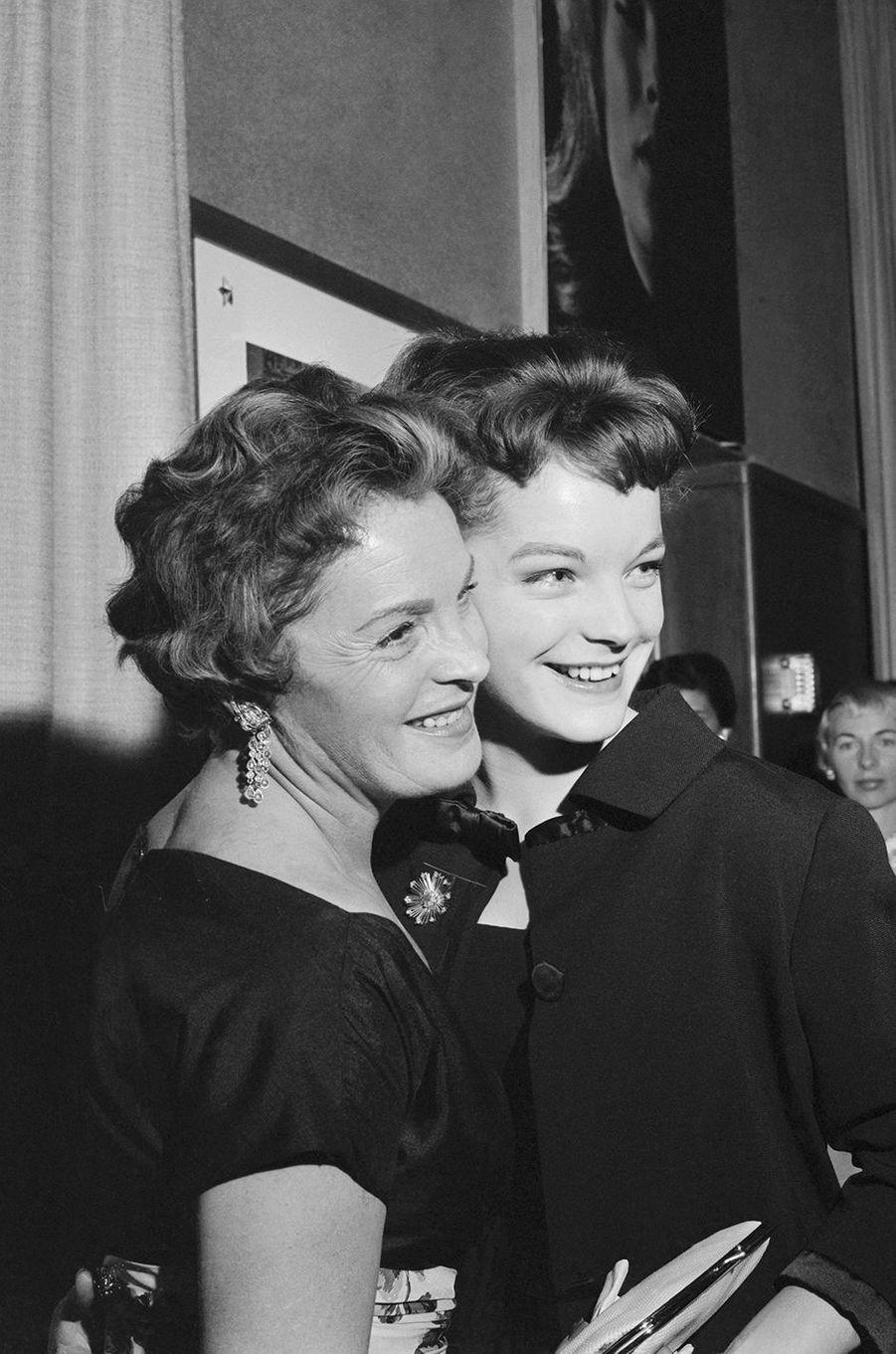 Romy Schneider avec sa mère en 1960.