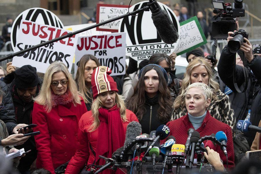 Rose McGowan et Rosanna Arquetteau premier jour du procès d'Harvey Weinstein à New York le 6 janvier 2020