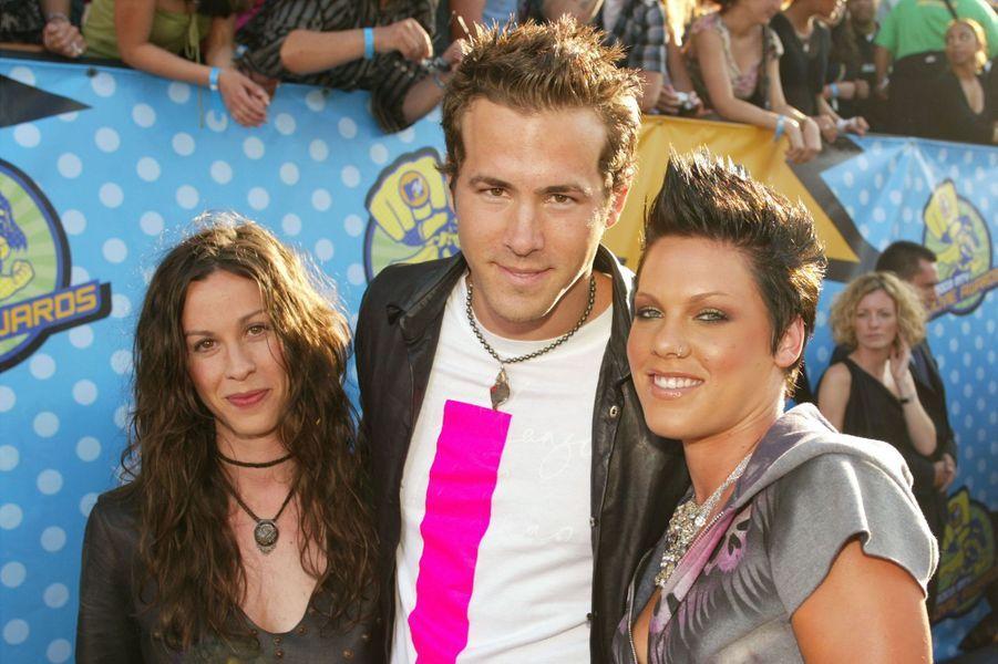 Ryan Reynolds avec Alanis Morissette et Pink en mai 2003 à Los Angeles.