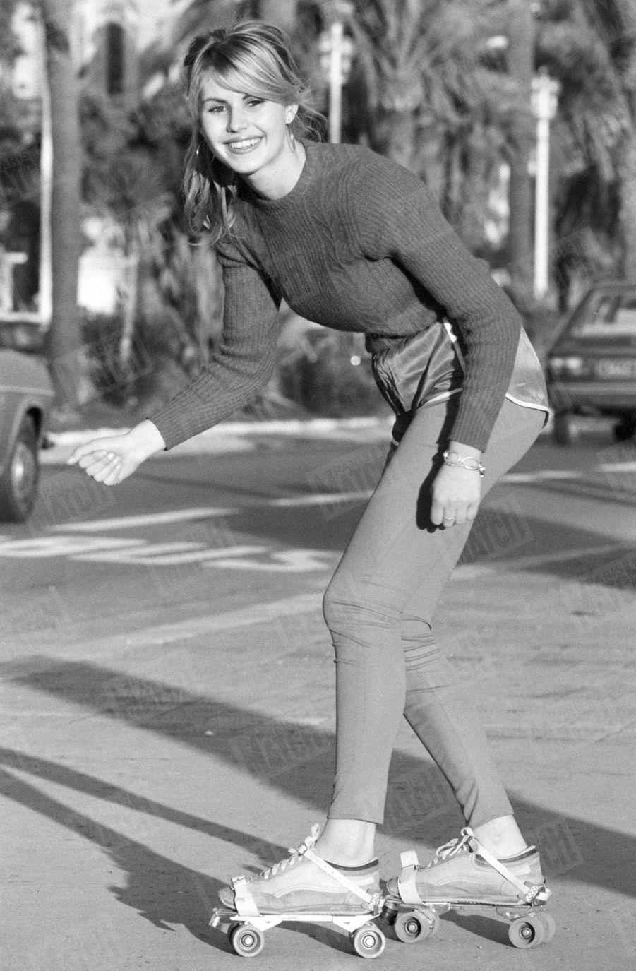 Sabrina Belleval, Miss France 1982, pose pour Match quelques jours après sa victoire, à rollers sur la promenade des Anglais de Nice, sa ville natale.