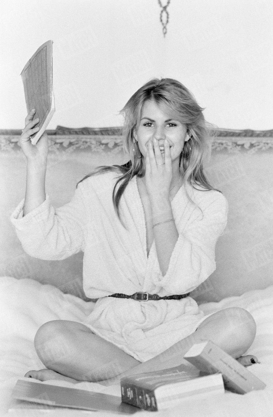 Sabrina Belleval, Miss France 1982, pose pour Match quelques jours après sa victoire, dans la suite napoléonienne du célèbre hôtel Negresco de Nice, sa ville natale.
