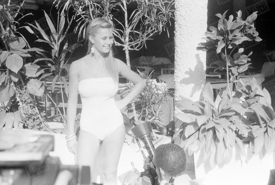 Sabrina Belleval, Miss France 1982, pose pour Match lors d'un voyage à la Guadeloupe en février 1982.