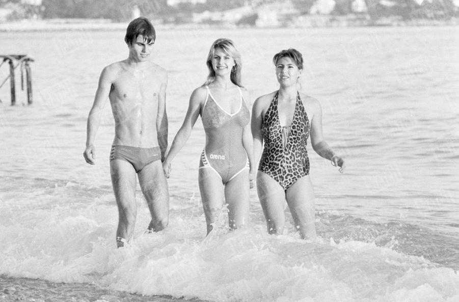 Sabrina Belleval, Miss France 1982, pose pour Match quelques jours après sa victoire à Nice, sa ville natale. Ici à la plage, la jeune femme est entourée de son frère Olivier et de sa soeur Isabelle.