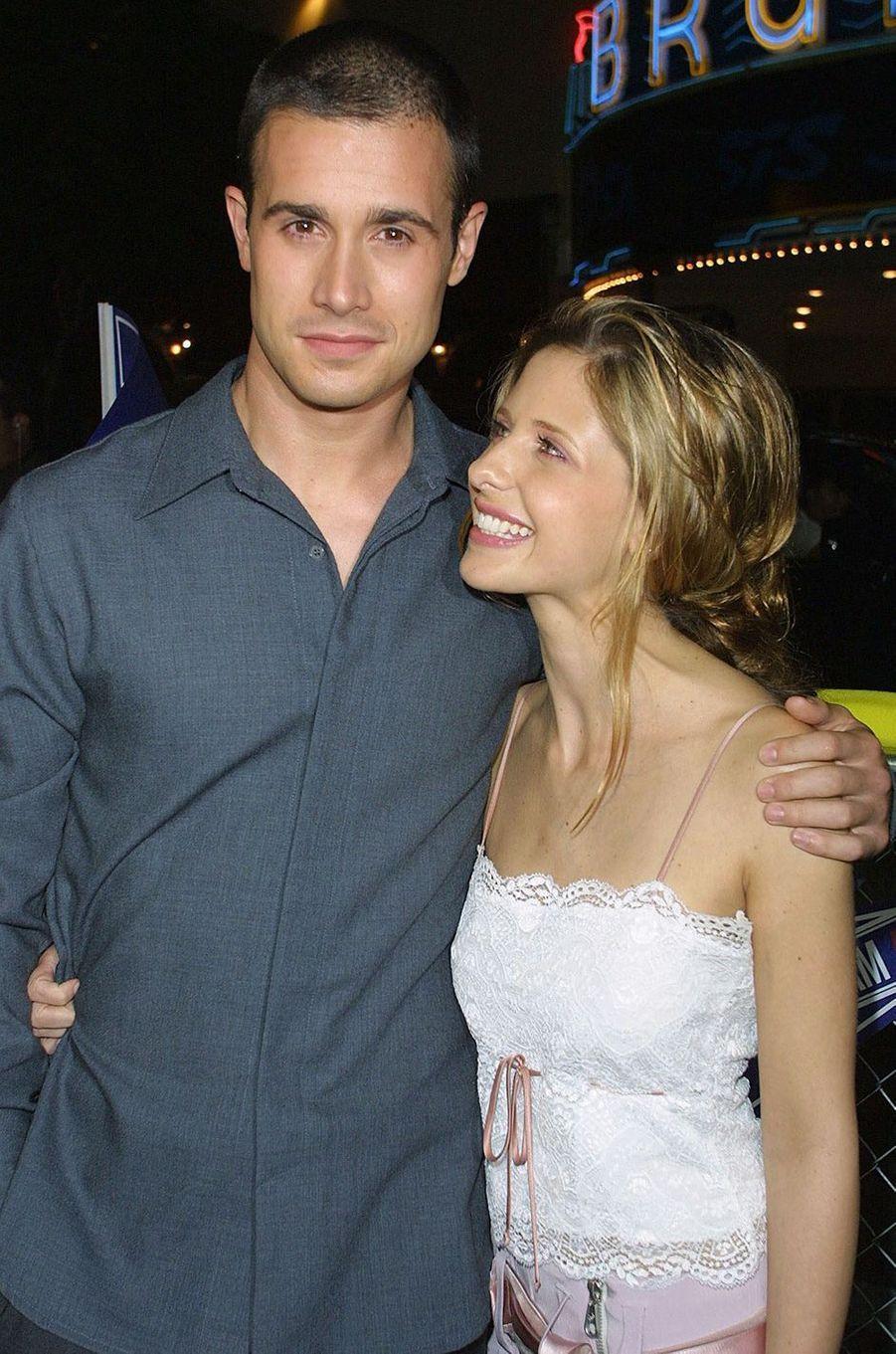 Freddie Prinze Jr. et Sarah Michelle Gellar à la première du film «Hot Summer» à Los Angeles en août 2001