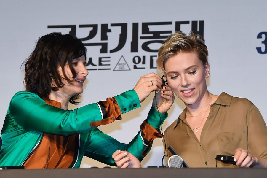 Juliette Binoche et Scarlett Johansson à Séoul, le 17 mars 2017.