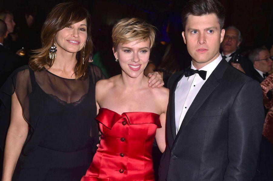 Scarlett Johansson et Colin Jost, avec l'actrice Gina Gershon, au gala de l'American Museum of Natural History, à New York, le 30 novembre 2017