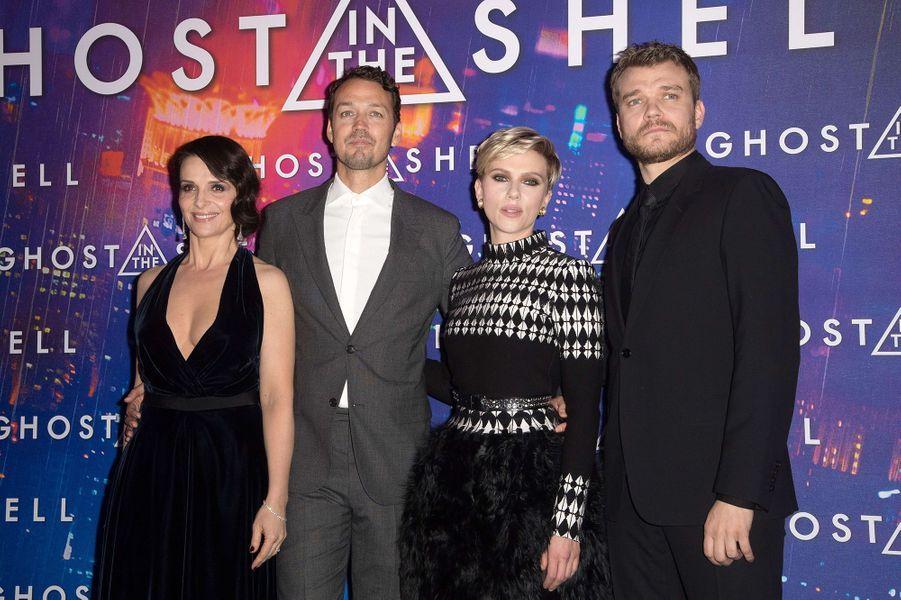 """Scarlett Johansson avec l'équipe du film de """"Ghost in the Shell"""" à Paris, le 21 mars 2017."""