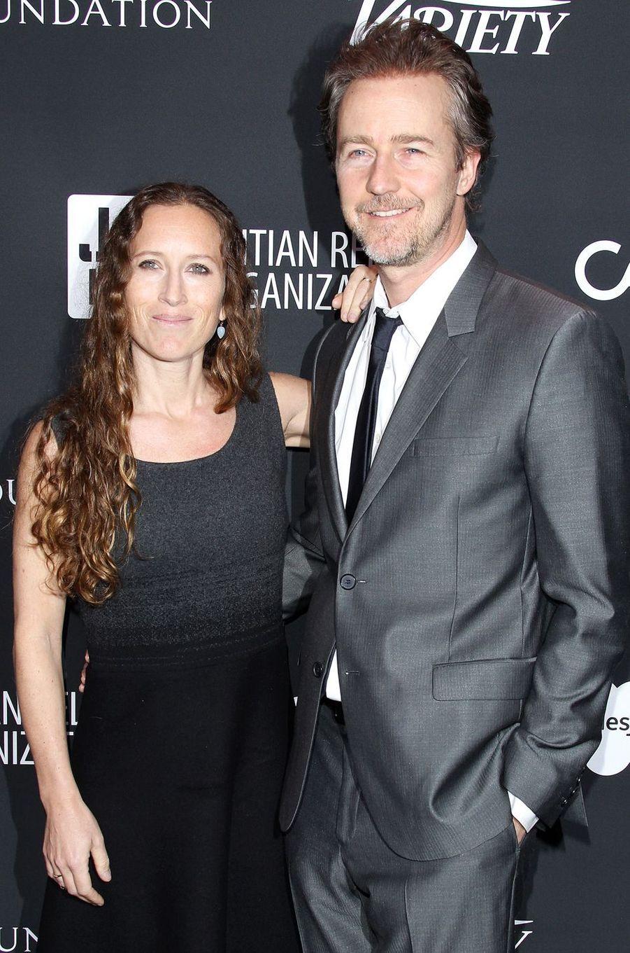 Edward Norton et sa femmeau gala de la J/P Haitian Relief Organization, la fondation de Sean Penn, à Beverly Hills, le 7 janvier 2017.