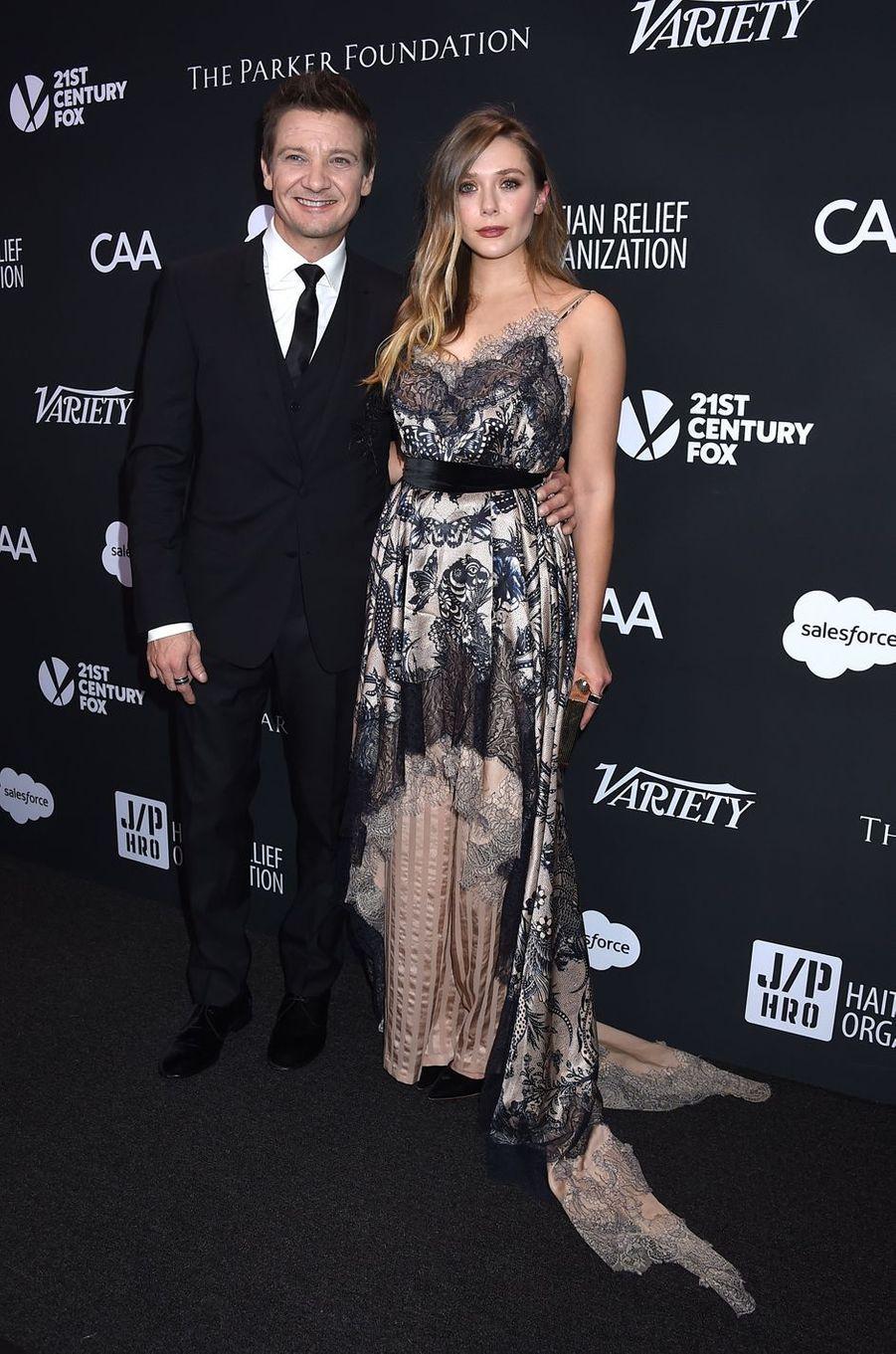 Jeremy Renner et Elizabeth Olsenau gala de la J/P Haitian Relief Organization, la fondation de Sean Penn, à Beverly Hills, le 7 janvier 2017.